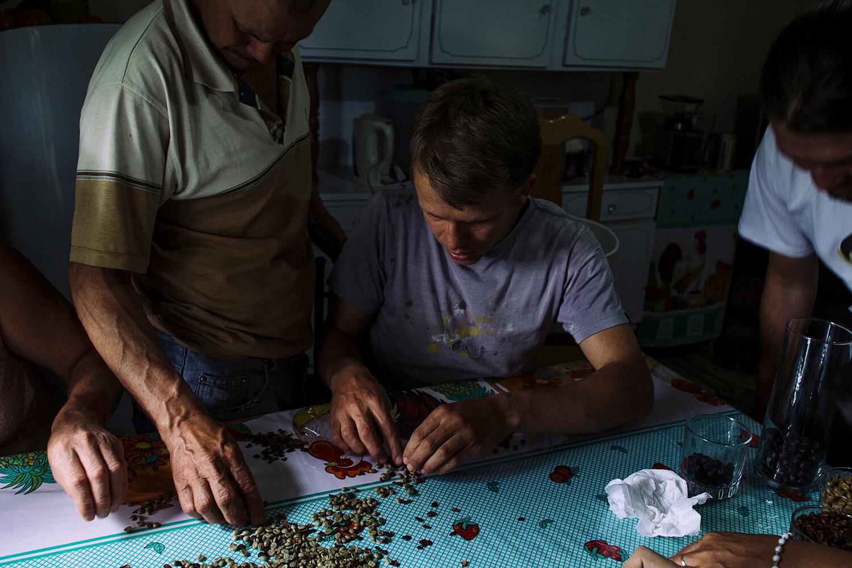 El café de especialidad es seleccionado a mano para lograr un mayor control del grano y su calidad.