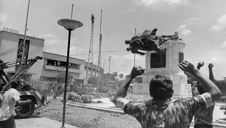 Monumento ecuestre de Somoza derribado luego de su huida del país. Foto del archivo de teleSUR.